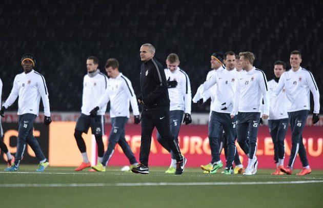 Fotbalisté Sparty se chystají v Bernu na duel Evropské ligy s Young Boys. Uprostřed je trenér Pražanů Vítězslav Lavička.