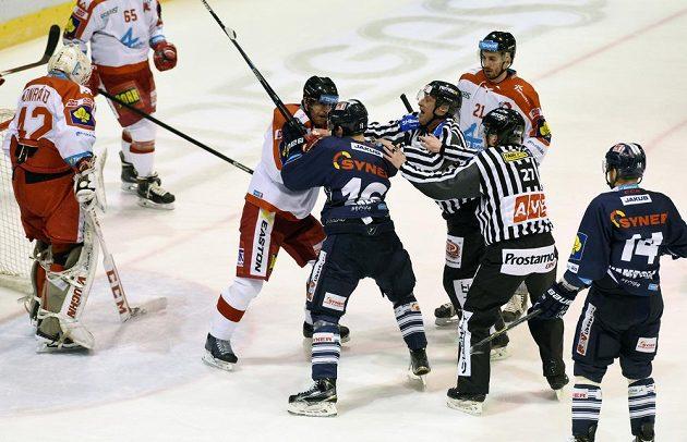 Olomoucký obránce Tomáš Houdek (vlevo) v potyčce s libereckým útočníkem Michalem Birnerem v zápase 49. kola hokejové Tipsport extraligy.