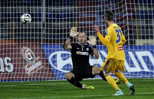 Matěj Hybš z Jihlavy dává gól brankáři Martinu Doležalovi z Brna.
