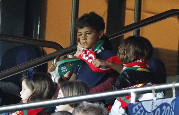 Syn Cristiana Ronalda v hledišti při utkání Portuglaců s Rakouskem.