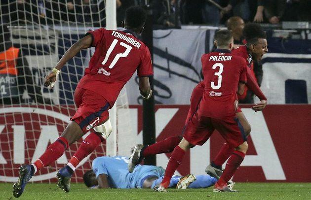 Radost fotbalistů Bordeaux poté, co June Koundé vstřelil do sítě Slavie druhý gól v utkání Evropské ligy.