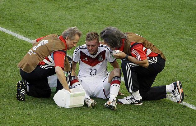 Christoph Kramer v péči lékařů po srážce s Ezequielem Garayem.