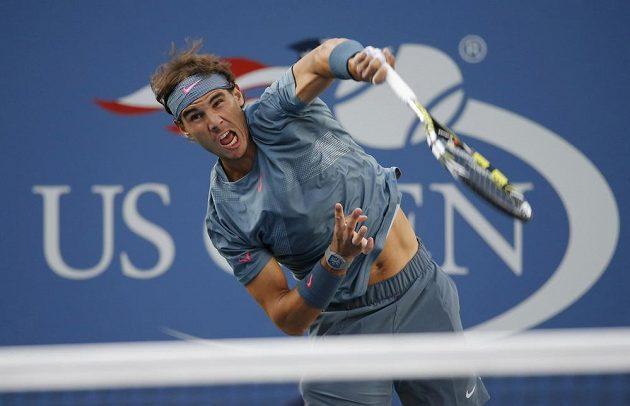Španěl Rafael Nadal podává během finále US Open proti Novaku Djokovičovi ze Srbska.