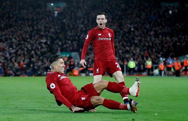 Liverpoolský Roberto Firmino se vsedě raduje z gólu proti Arsenalu, nad ním Andrew Robertson.