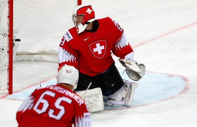 Švýcarský brankář Leonardo Genoni inkasuje gól z hole Filipa Chytila.