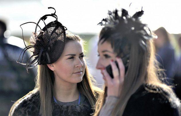 Mezi návštěvníky závodiště samozřejmě nechyběly dámy v rozmanitých kloboucích.