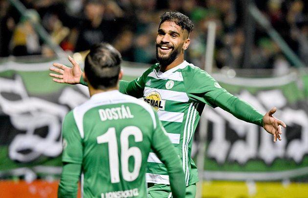Abdulla Yusuf Helal (vpravo) z Bohemians se raduje z druhého gólu.