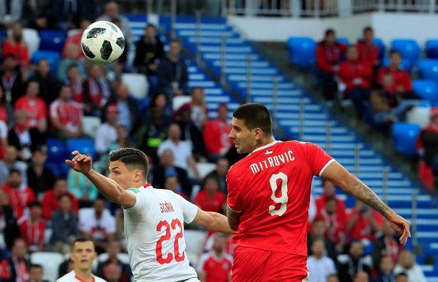 Aleksandar Mitrovič střílí první gól Srbů v souboji se Švýcarskem.