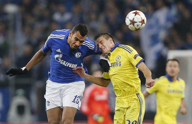 Cesar Azpilicueta (vpravo) z Chelsea v hlavičkovém souboji s Erikem Maximem Choupo-Motingem ze Schalke.