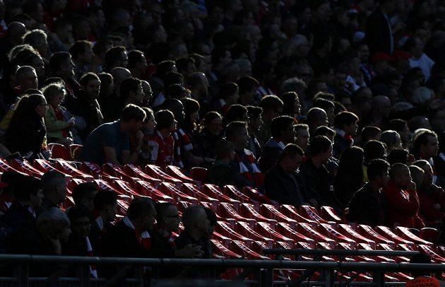 Fanoušci Liverpoolu sedí před zápasem s Manchesterem City kolem 96 volných sedaček, které připomínají 96 obětí tragédie v Hillsborough.