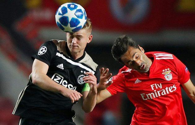 Ostrý hlavičkový souboj v Lize mistrů mezi Matthijsem de Ligtem z Ajaxu a Jonasem z Benfiky Lisabon.