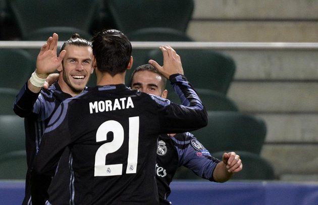 Gareth Bale (vlevo) z Realu Madrid slaví se spoluhráči gól proti Legii Varšava.