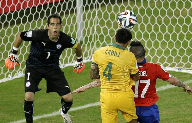 Australan Cahill snižuje přesnou hlavičkou stav zápasu s Chile na průběžných 1:2.