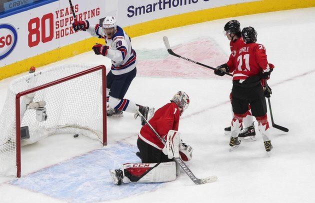 Kanadský brankář Devon Levi inkasuje gól ve finále MS.
