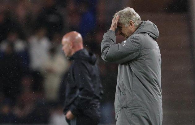 Arséne Wenger se drbe na hlavě poté, co Middlesbrough zásluhou Negreda srovnalo.