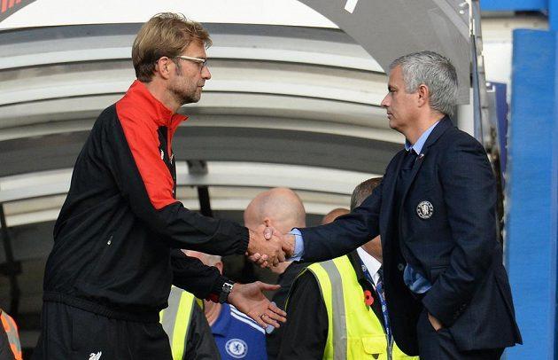 Kouč Liverpoolu Jürgen Klopp (vlevo) si třese pravicí s trenérem Chelsea José Mourinhem.