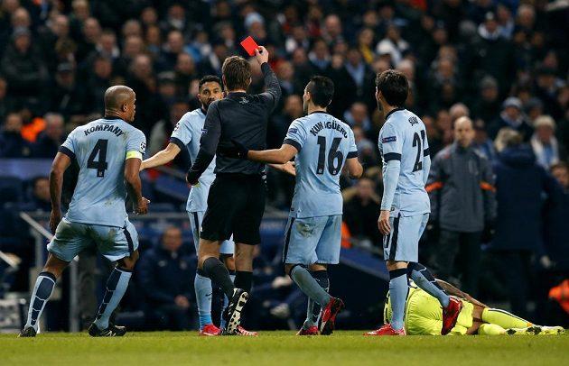 Sudí Felix Brych (uprostřed) uděluje červenou kartu Gaëlu Clichymu z Manchesteru City.