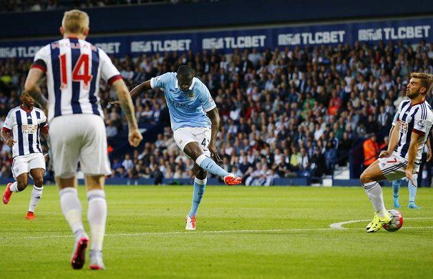 Záložník Manchesteru City Yaya Touré střílí svůj první gól proti WBA v úvodním kole Premier League.