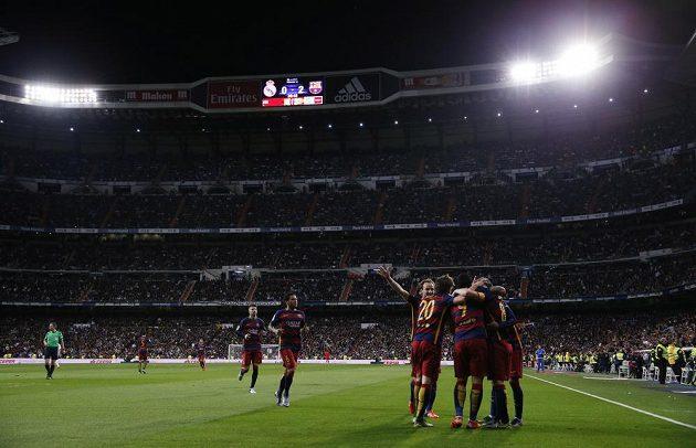 Fotbalisté Barcelony slaví gól na hřišti Realu Madrid v zápase 12. kola španělské La Ligy.