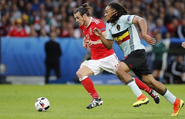 Hvězda velšského týmu Gareth Bale (vlevo) v souboji s Jasonem Denayerem z Belgie.
