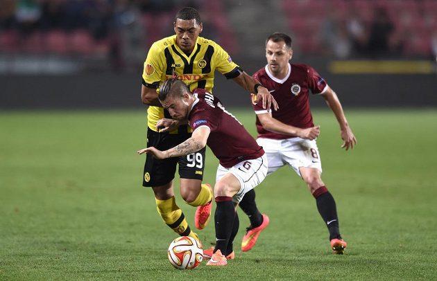 O míč bojují sparťan Lukáš Vácha (vpředu) a Guillaume Hoarau z Bernu. Vpravo Marek Matějovský.