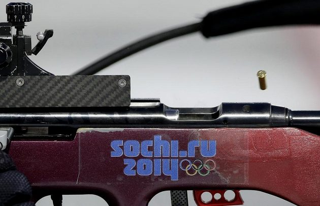 Olympijské závody v biatlonu začaly velkým dramatem...