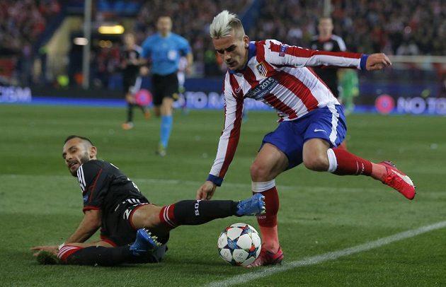 Záložník Atlétika Madrid Antoine Griezmann (vpravo) se snaží obejít Omera Topraka z Leverkusenu v odvetném osmifinálovém utkání Ligy mistrů.