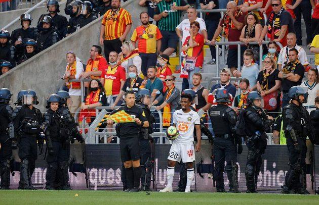 Fotbalisté Lens budou muset sehrát nejméně příští dva domácí zápasy ve francouzské lize před prázdnými tribunami. Klub byl potrestán za výtržnosti fanoušků.