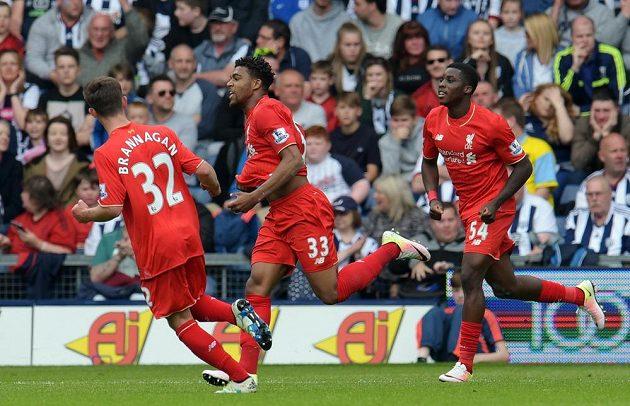 Jordon Ibe (uprostřed) z Liverpoolu slaví se spoluhráči gól proti West Bromwichi v utkání 38. kola Premier League.