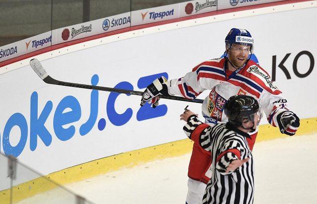 Český útočník Jiří Novotný oslavuje neuznaný gól během přípravného utkání se Slováky v Jihlavě.
