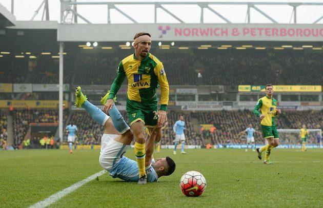 Gary O'Neil (vpředu) z Norwiche a útočník Manchesteru City Sergio Agüero v utkání 30. kola Premier League.