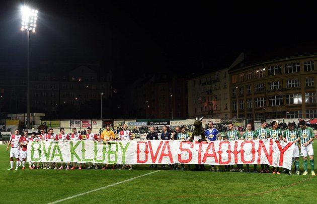 Týmy Slavie Praha a Bohemians Praha 1905 s transparentem na podporu záchrany stadiónu Ďolíček během utkání 8. kola Synot ligy.