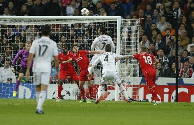 Fotbalista Realu Madrid Cristiano Ronaldo (nejvýše) se pokouší hlavou prosadit proti obraně Liverpoolu v utkání Ligy mistrů.
