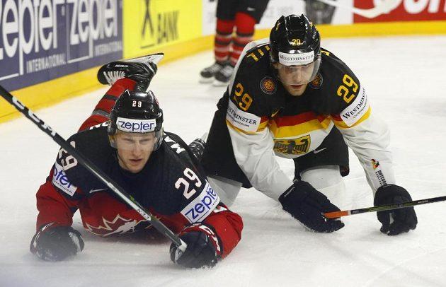 Kanaďan Nate Mackinnon v akci s Němcem Leonem Draisaitlem během čtvrtfinále hokejového mistrovství světa.