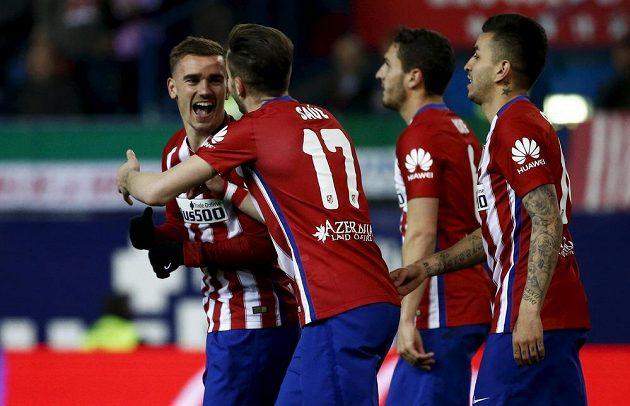 Antoine Griezmann (vlevo) slaví se svými spoluhráči z Atlétika Madrid vstřelený gól.