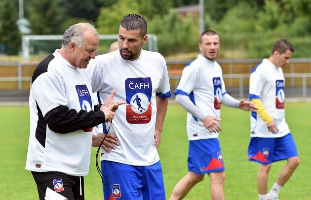 Werner Lička (vlevo) a fotbalista Milan Baroš během tréninku v rámci kempu ČAFH hráčů bez angažmá.
