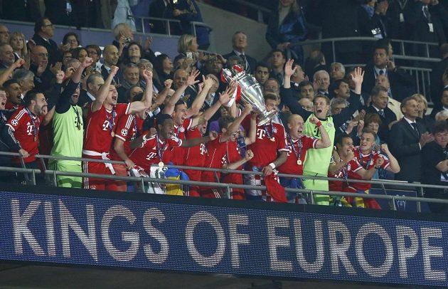 Fotbalisté Bayernu Mnichov oslavují s pohárem pro vítěze Ligy mistrů.