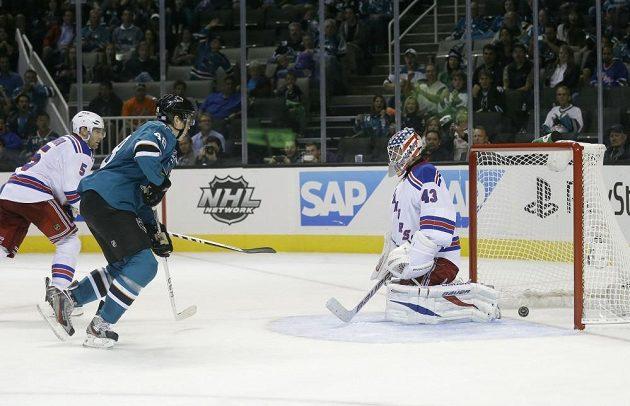 Tomáš Hertl střílí třetí branku do sítě Rangers.