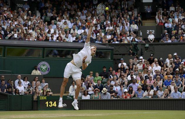 Německý tenista Alexander Zverev podává v zápase s Tomášem Berdychem.