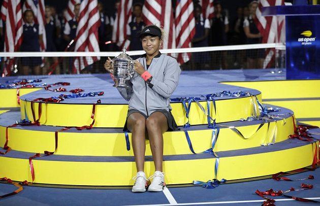 Dvacetiletá Ósakaová s trofejí pro vítězku ženské dvouhry na US Open.