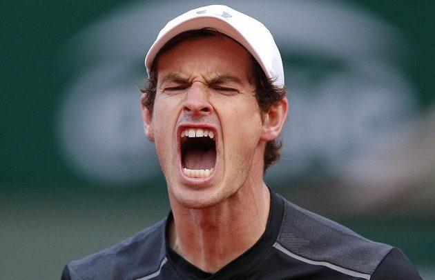 Andy Murray se hecuje v bitvě s českým veteránem Radkem Štěpánkem na French Open.