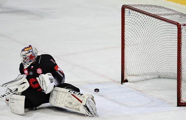 Alexander Salák ze Sparty inkasuje první gól.