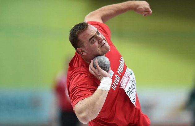 Koulař Ladislav Prášil během kvalifikačního pokusu na halovém mistrovství Evropy v atletice.