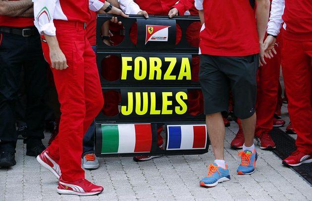 Buď silný, Julesi! Celý paddock F1 drží Julesi Bianchimu v jeho nejtěžším souboji palce.