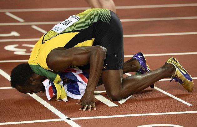 Usain Bolt líbá londýnskou dráhu...