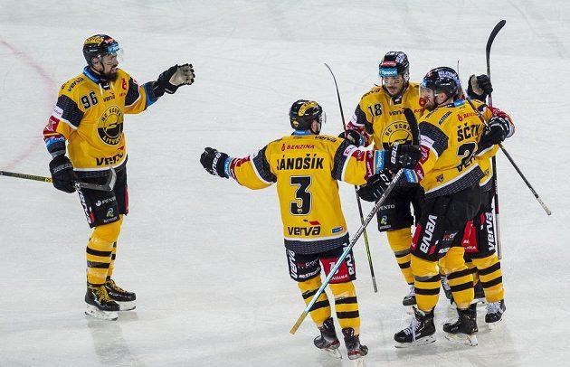 Hráči Litvínova se radují z gólu proti Spartě v utkání pod širým nebem.