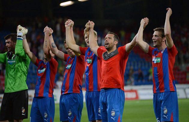 Kapitán Viktorie Plzeň Pavel Horváth oslavuje se spoluhráči vítězství po utkání 3. předkola Ligy mistrů s Nomme Kalju.