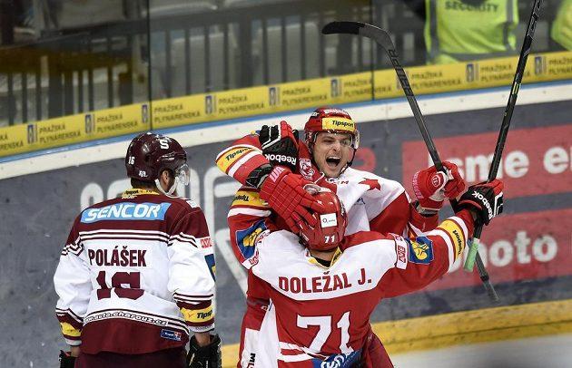 Slávističtí útočníci Jiří Doležal (zády) a Miloslav Čermák slaví gól proti Spartě. Vlevo přihlíží obránce holešovického týmu Adam Polášek.