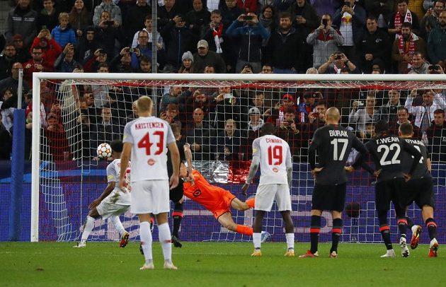 Slacburský Karim Adeyemi dává gól proti Lille v Lize mistrů.
