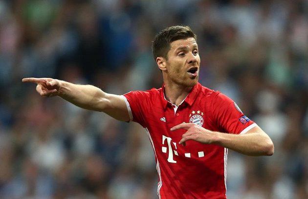 Xabi Alonso z Bayernu Mnichov gestikuluje v utkání s Realem Madrid.